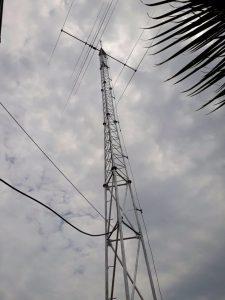 Färdig mast med antenn. Sprötet i toppen är en åskledare.